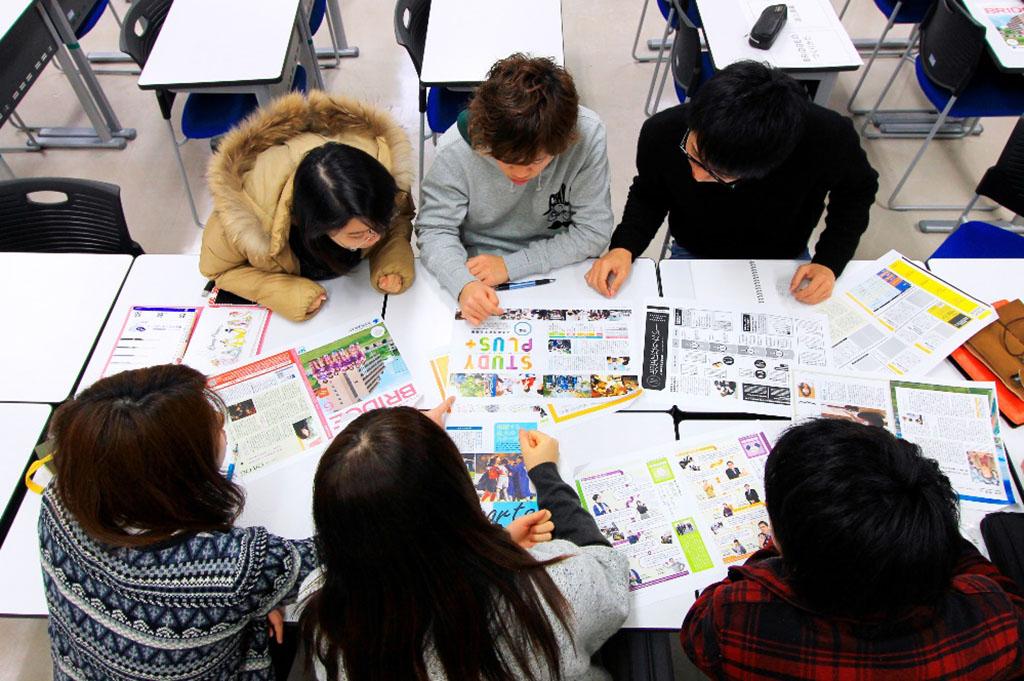 学生広報スタッフと協働してつくる大学広報誌「BRIDGE」の製作の様子