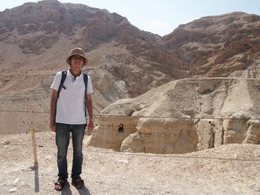 死海文書が発見された洞窟を訪れる加藤先生